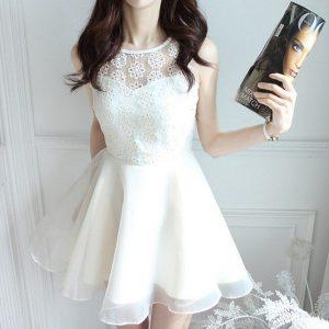 Robe blanche en mousseline sans manche