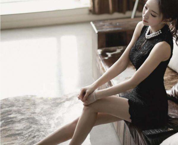 Robe courte sans manche en dentelle florale noire