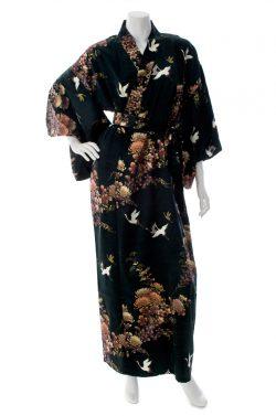 Kimono japonais noir long en soie motifs grues et chrysanthèmes