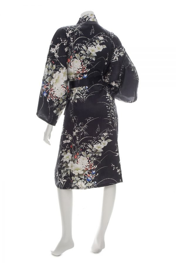 Kimono noir court en soie avec imprimé floral