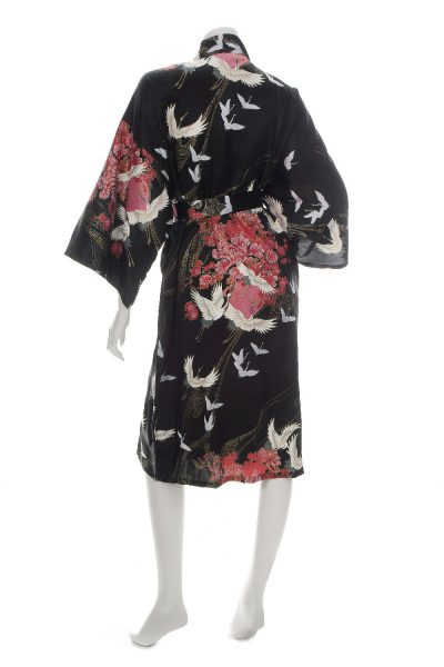 Kimono japonais en soie noire court avec motifs grues et fleurs roses